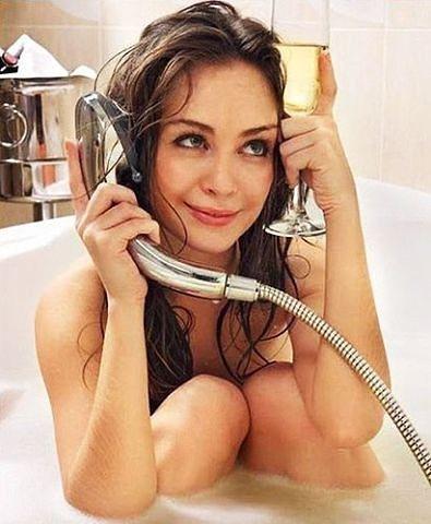 Девушка купаетсяв ванной фото 338-986