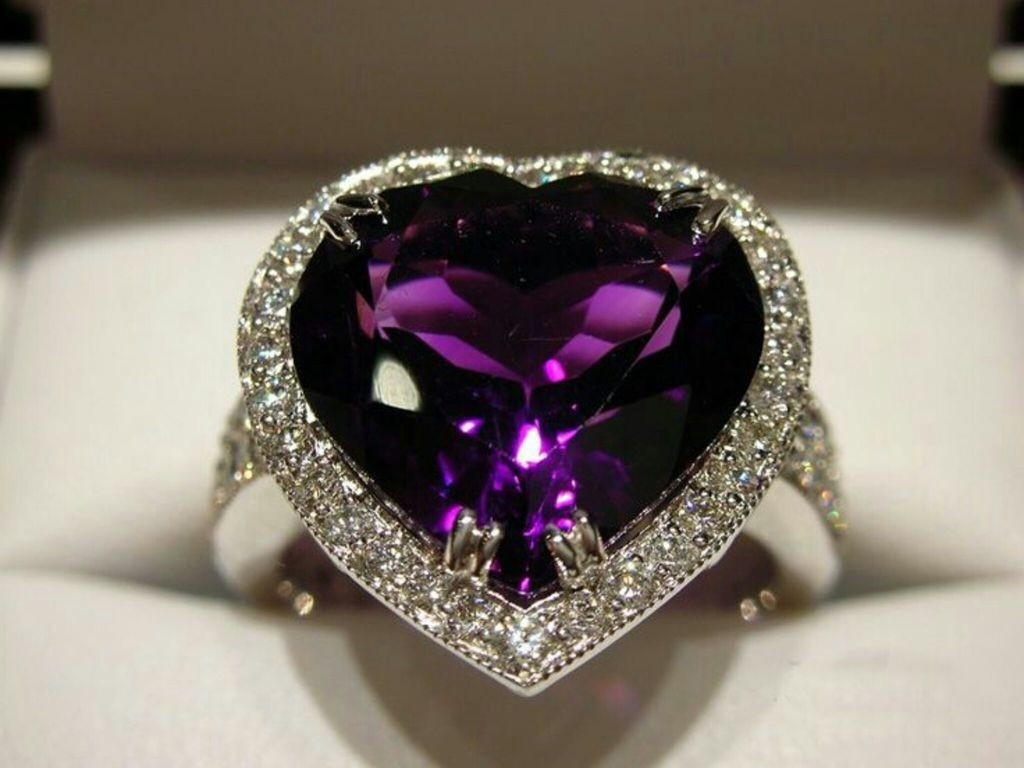 Аметист — это кварц, фиолетового цвета от темного до чуть заметного. dfbf097d2b3