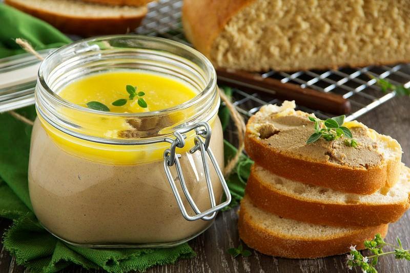 Чтобы улучшить вкус консервированного паштета в него по желанию можно добавить поджаренный на растительном масле лук и использовать такой паштет (с луком или без) как начинку для тонких блинчиков.