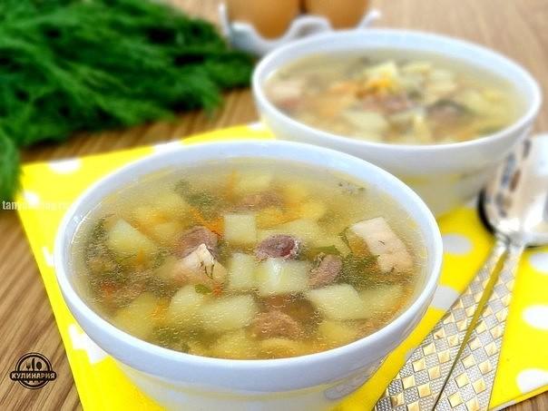Раскалить сковороду, добавить сливочное и подсолнечное масло в пропорции подготовить грибы, нарезать их пластинками.