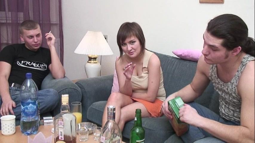 Трахнули пьяную домашнее видео