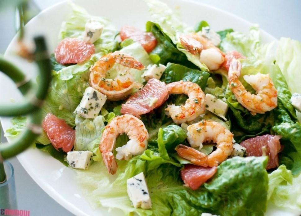Салат с дыней и креветками напоминает о лете, поскольку он легкий и очень ароматный, а хрустящие листья салата придают ему особое настроение.