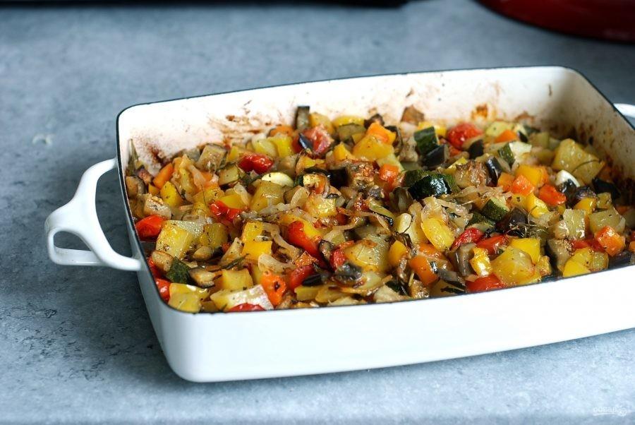 Ингредиенты следом выложите в сотейник замороженные овощи, быстро обжарьте до полуготовности, добавив в конце мелко нарезанный чеснок.