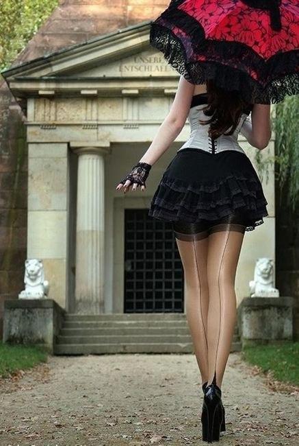 сбитую девушка красные юбки черни чулка фото дому
