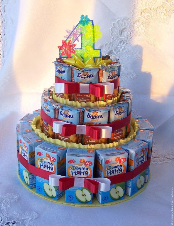 Видео: тортик для ребенка из пакетов с соком, мюсли и леденцами, украшенный цветами.