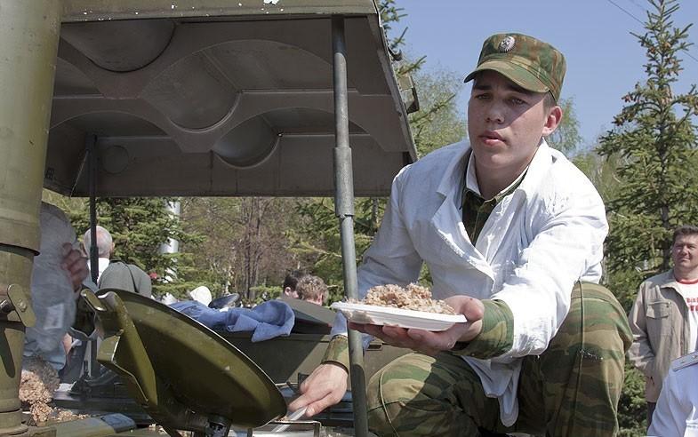 Более шести тысяч порций солдатской каши приготовят в День Победы военные в городе Белогорске Амурской области