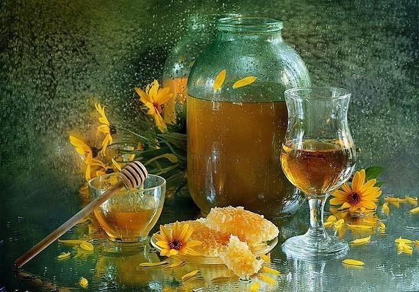 Благодаря тому, что витамины, содержащиеся в пчелином меде, сохраняются в напитке, медовуху действительно можно считать полезной.
