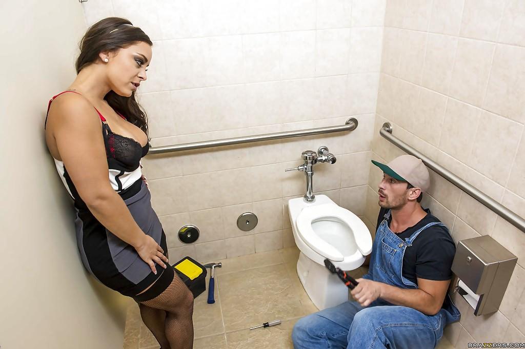 как девушка заманивает сантехника девушки