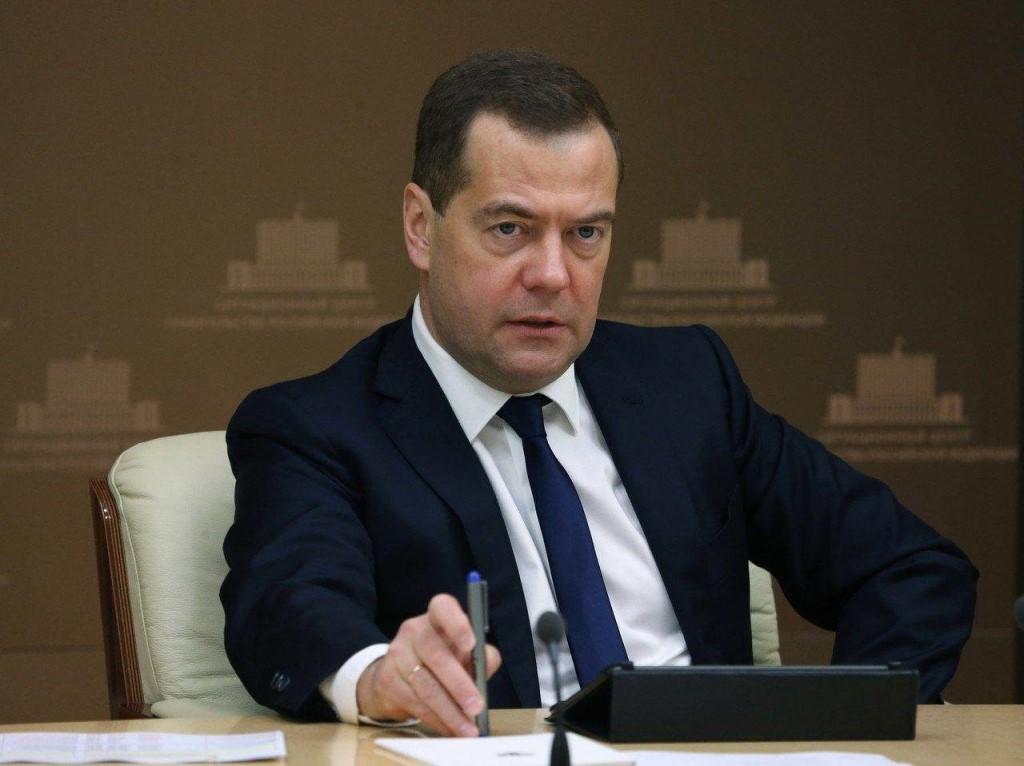 Медведев поручил Минтруду оценить идею сокращения рабочей недели