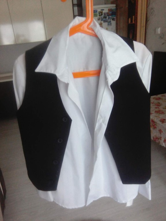 Пиджак черный( на фото светлее) с белой рубашкой, жилетка, новые, можно по отдельности, по спинке  53 см, рукав 44см.