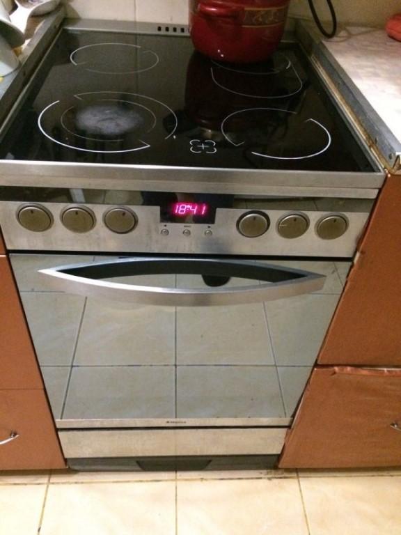 Продаю электрическую плиту (стеклокерамика) с духовкой!